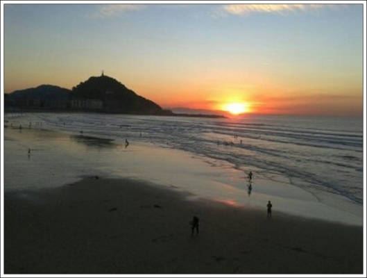 Puesta de sol en la Playa de la Zurriola